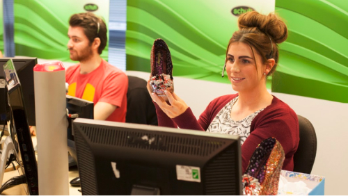 Schuh video call agent showing shoe to customer